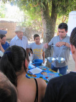 Miguel Ramirez training family farmers on seed bank management. Photo: MAOES.