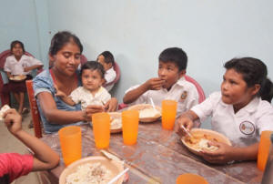 A mother eats lunch with her children in a rural Mexican school, as part of one of the programmes that fall under the umbrella of the Crusade Against Hunger. Credit: Government of  Mexico