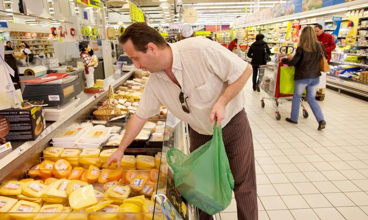 France to force big supermarkets to give unsold food to charities